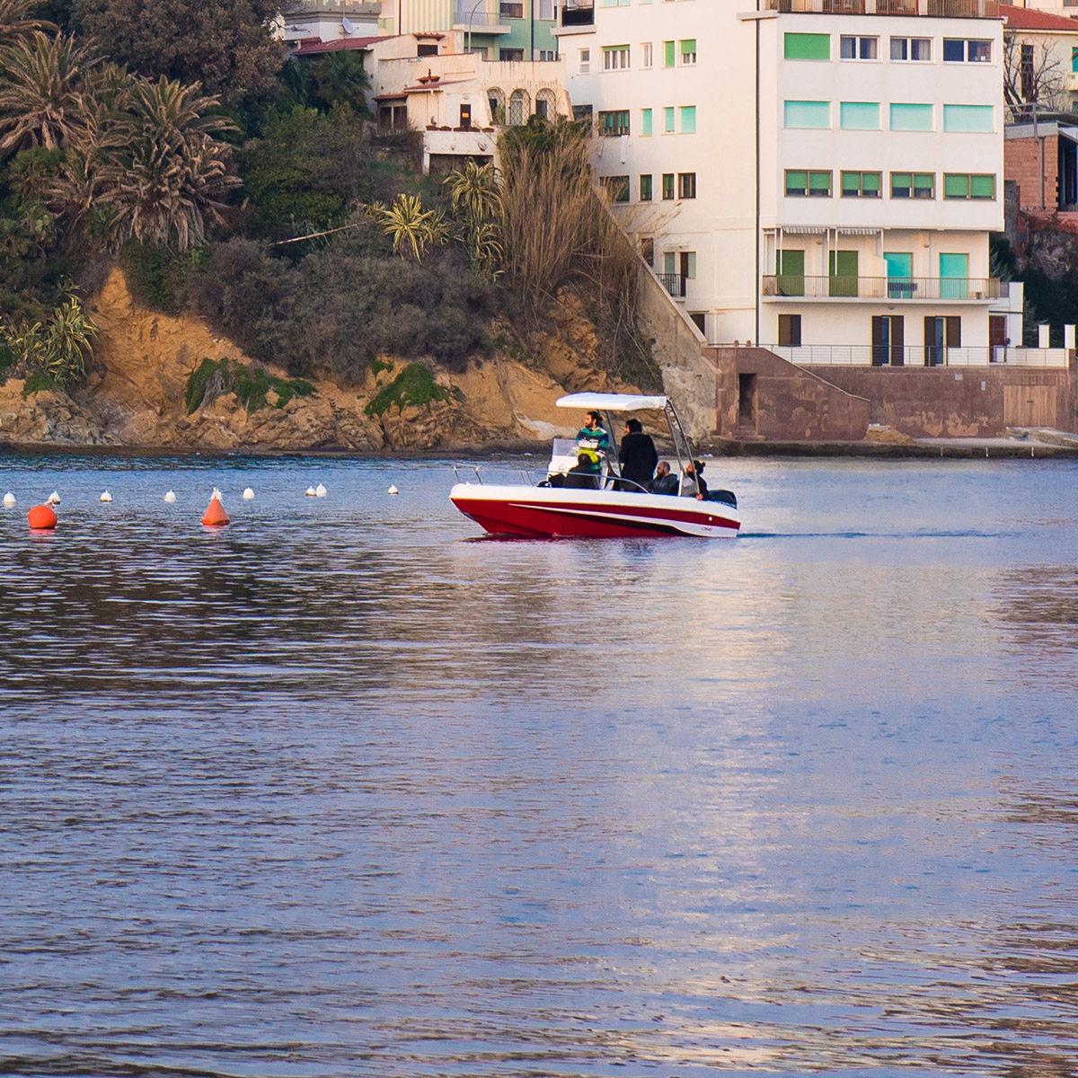 barca con sollevatore per trasporto disabili